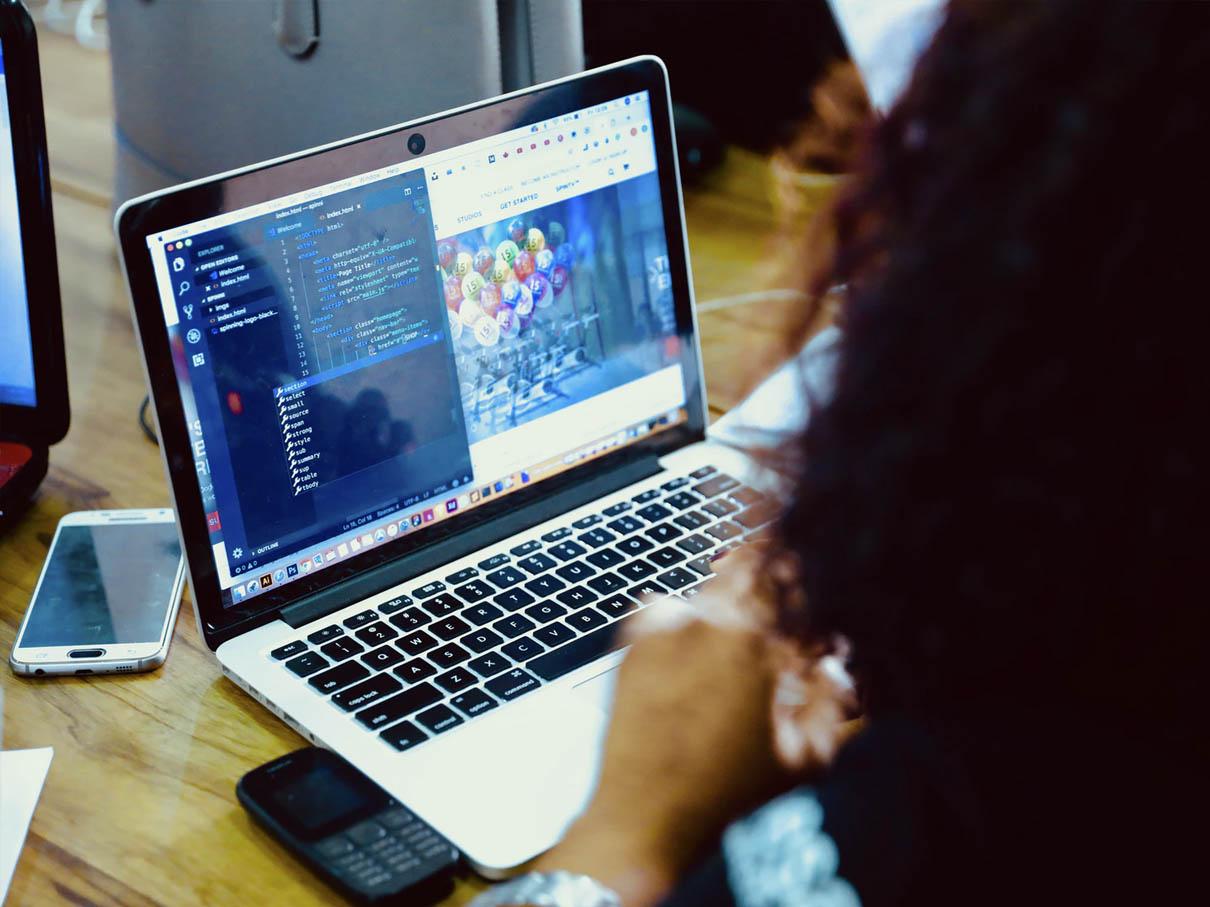 Kontakt med support gennem computer, når der er flere medarbejdere i forskellige lande