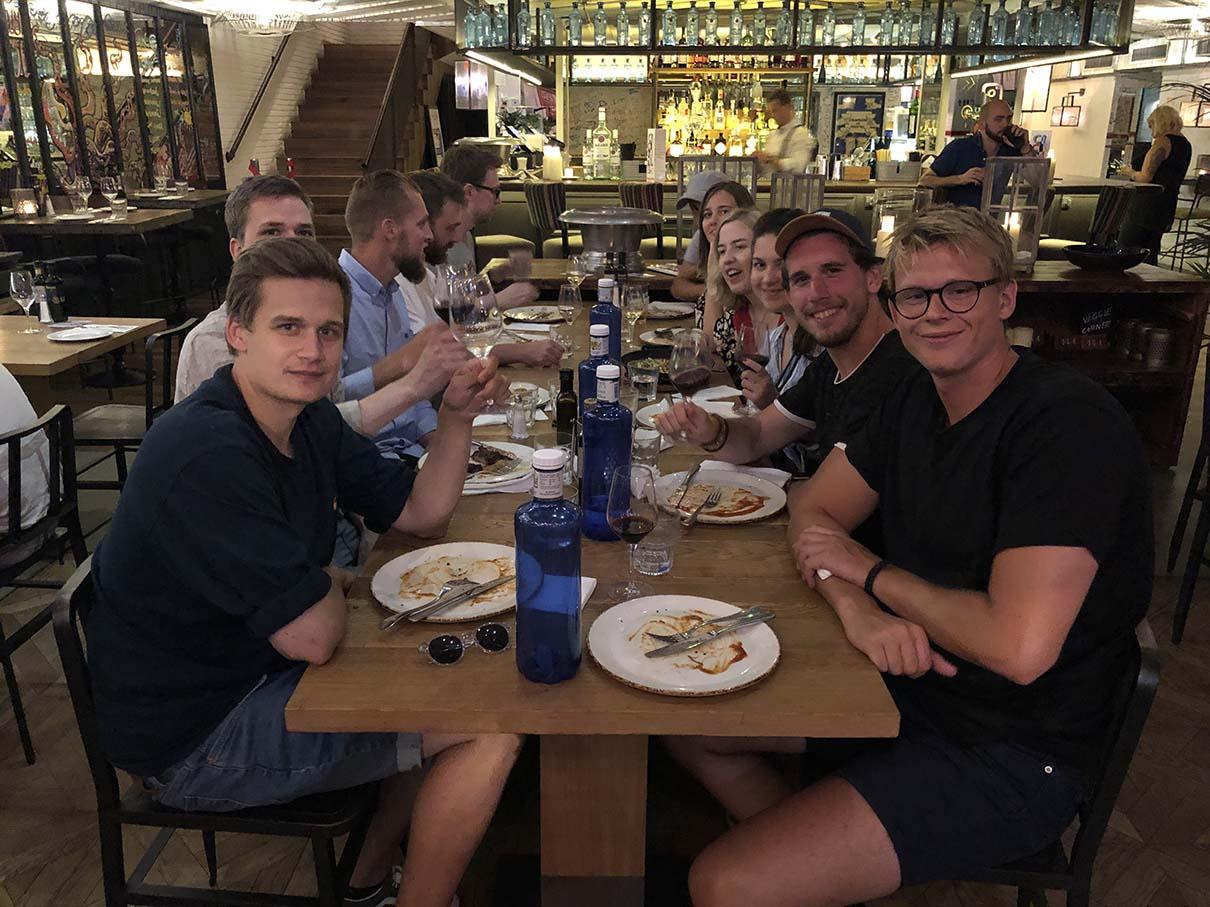 Vores medarbejdere samlet under middag